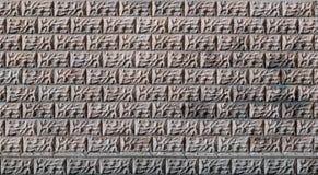 Graue Betonblockwandbeschaffenheit mit gebrochener Oberfläche Stockbilder
