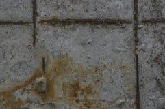 Graue Betondecke mit rostiger Armatur Stockfotografie