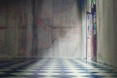 Graue Betonmauer mit Fliesenboden mit der klassischen Tür offen Lizenzfreie Stockbilder