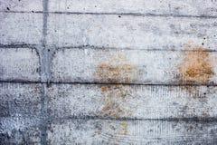 Graue Betonmauer mit verhärteten Spuren des Fensterläden schließens formt Stockfotografie