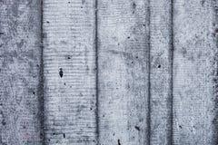 Graue Betonmauer mit verhärteten Spuren des Fensterläden schließens formt Lizenzfreie Stockbilder
