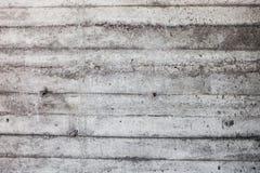 Graue Betonmauer mit verhärteten Spuren des Fensterläden schließens formt Lizenzfreie Stockfotografie