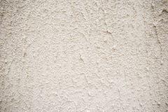 Graue Betonmauer mit weißer Abnutzung und kleinen Löchern stockfotografie