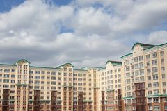 Graue blaue Wolken über Apartmenthäusern in der Stadt lizenzfreies stockbild
