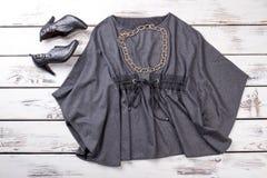 Graue Bluse und schwarze Schuhe des hohen Absatzes, flache Lage lizenzfreies stockbild