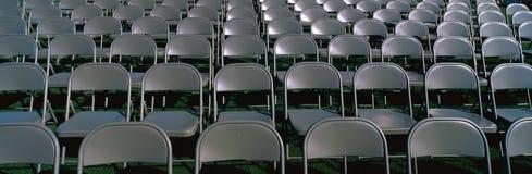 Graue Faltestühle, welche die Masse erwarten Lizenzfreie Stockbilder