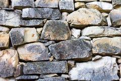 Graue Farbe des wirklichen Musters der Steinwand der dekorativen ungleichen gebrochenen Oberfläche des modernen Artdesigns mit Ze Stockfoto