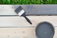 Graue Farbe kann herein und Bürste stockbilder