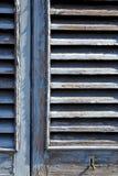 graue Fenster castellanza Vorhänge im konkreten Ziegelstein Stockfotografie
