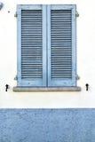 Graue Fenster viladosia Vorhänge im konkreten Ziegelstein Lizenzfreies Stockfoto