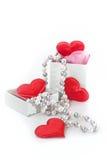 Graue Geschenkbox mit rosa Farbband Stockbilder