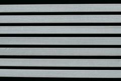 Graue hölzerne Bretter auf einem schwarzen Hintergrund lizenzfreie stockfotografie