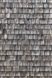 Graue hölzerne Schindeln am Dach lizenzfreie stockfotos