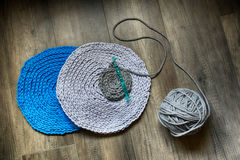Graue handgemachte cottoncord Tischdecken auf Häkelnadel Lizenzfreies Stockfoto