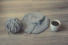 Graue handgemachte cottoncord Tischdecken auf Häkelnadel Stockfoto
