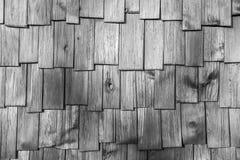 Graue hölzerne Schindelfliesendachbeschaffenheit Stockfoto