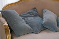 Graue Kissen auf dem Sofa lizenzfreies stockfoto