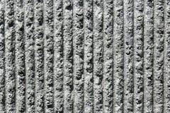 Graue Kleberwand mit vertikalen Zeilen Stockbild
