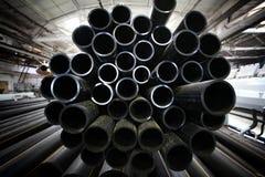 Graue Klempnerarbeit leitet, Industrie, Fertigung von Rohren Stockfoto