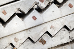 Graue konkrete Treppenhauselemente werden gestapelt Stockfoto
