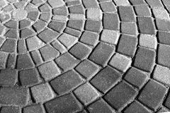 Graue Kreispflastersteine des Hintergrundes Pflastersteine, ausgebreitet in den Kreisen im Stadtpark des Restes stockbilder