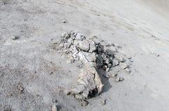 Graue Lavasteine und -asche im Vulkan Stockfoto