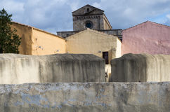 Graue leere Wand und Kirche Stockbild