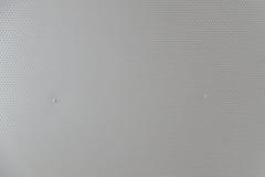 Graue Metallplatte mit Punkten und Schrauben Stockbild