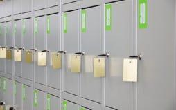 Graue Metalschließfächer für Speicherung von Sachen mit Tasten Stockfotos