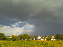 Graue Regenwolken über dem Dorf Lizenzfreie Stockfotos