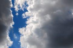 Graue Regenwolken auf dem Hintergrund eines kleinen Teils des blauen s lizenzfreie stockfotografie