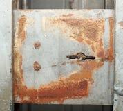 Graue rostige Metallsperre oder -wand lizenzfreie stockfotografie