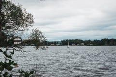 Graue Seite des Flusses stockfotos