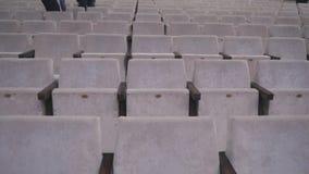 Graue Stühle in einer leeren Kinohalle Leere Stühle Der Ausfall des Filmes in der Kasse stock video footage