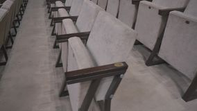 Graue Stühle in einer leeren Kinohalle Leere Stühle Der Ausfall des Filmes in der Kasse stock video