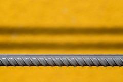 Graue Stange von Installationen auf einem gelben Hintergrund Lizenzfreie Stockfotografie