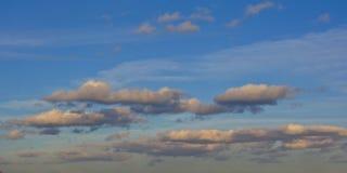 Graue stratocumulus Wolken auf einem blauen Himmel Stockbilder