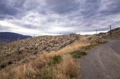 Graue Sturmwolken, die über einem Berg erfassen Stockbild
