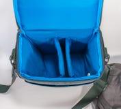 Graue Tasche mit Gurt für Kamera Stockfotos