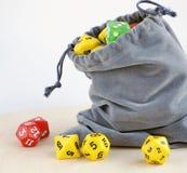 Graue Tasche mit würfelt für Brettspiele Lizenzfreie Stockfotos