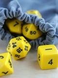 Graue Tasche mit würfelt für Brettspiele Stockbilder