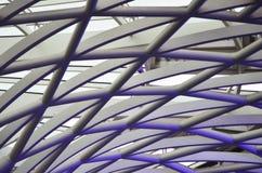 Graue und purpurrote Rohre, die ein abstraktes Muster bilden Stockfoto