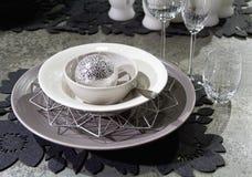 Graue und weiße festliche Tabelle apointments mit Dekorationen stockfotografie