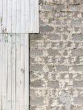 Graue vertikale Wand von Brettern und von Blöcken Stockfotografie