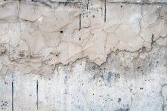 Graue Wand bedeckt mit einer ungleichen rauen Schicht Gips mit L?chern, Unregelm??igkeiten, Spr?ngen und d?nnen Spuren des fl?ssi stockfotos