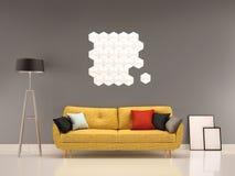 Graue Wand des Wohnzimmers mit gelbem Sofa-Innen Stockbild
