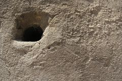 Graue Zementwand mit einer rostigen Oberfläche stockbild