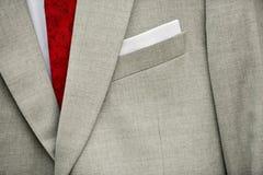 Grauer Anzug des Bräutigams mit roter Bindung Stockfoto