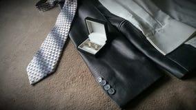 Grauer Anzug und Bindung lizenzfreie stockbilder