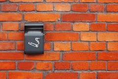 Grauer Aschenbecher auf einer alten Backsteinmauer Stockbild